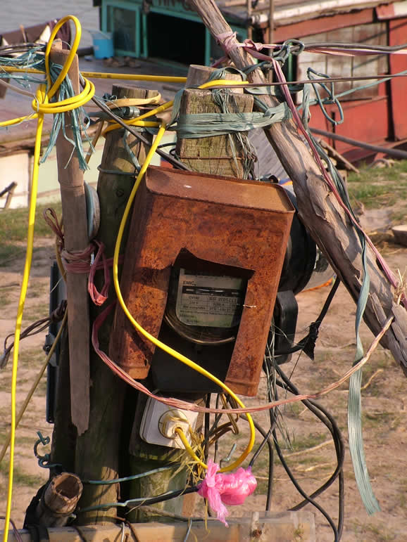 Photo: Hanoi, Power Supply to a boat